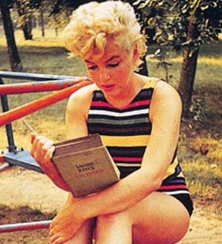 Marilyn_Monroe_Reading_Ja_48e888a072f78.jpg